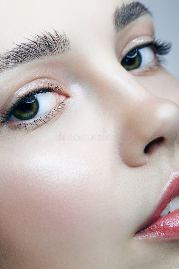 Retrato macro do close up da cara fêmea Mulher com beleza natural fotos de stock royalty free