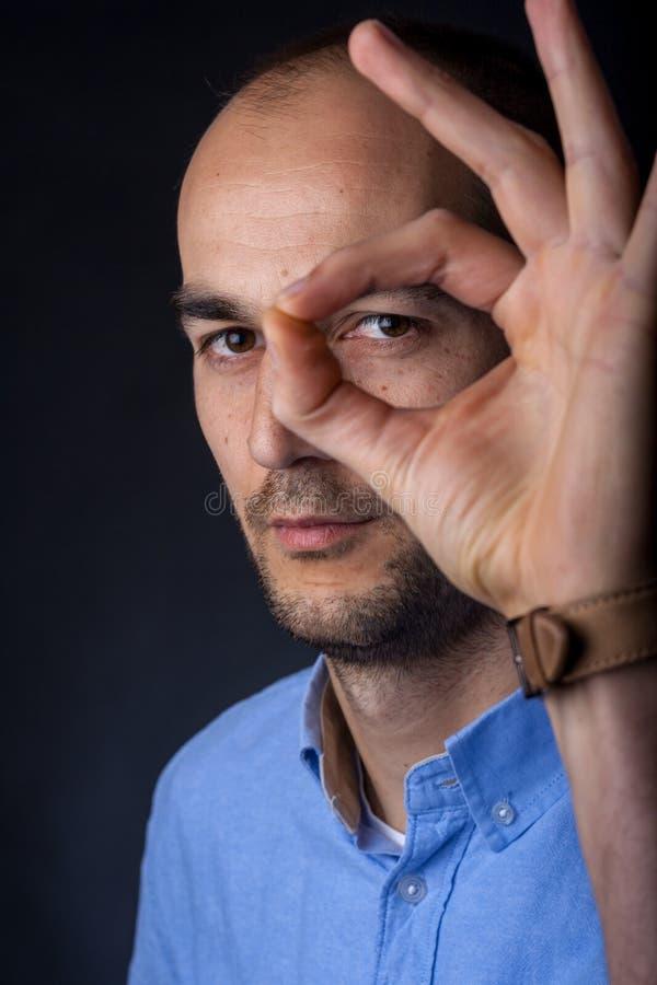 Retrato masculino com mão foto de stock