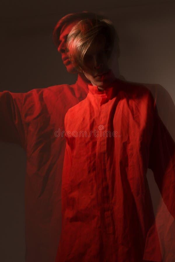 Retrato masculino de um dançarino com uma exposição dobro no estúdio imagens de stock