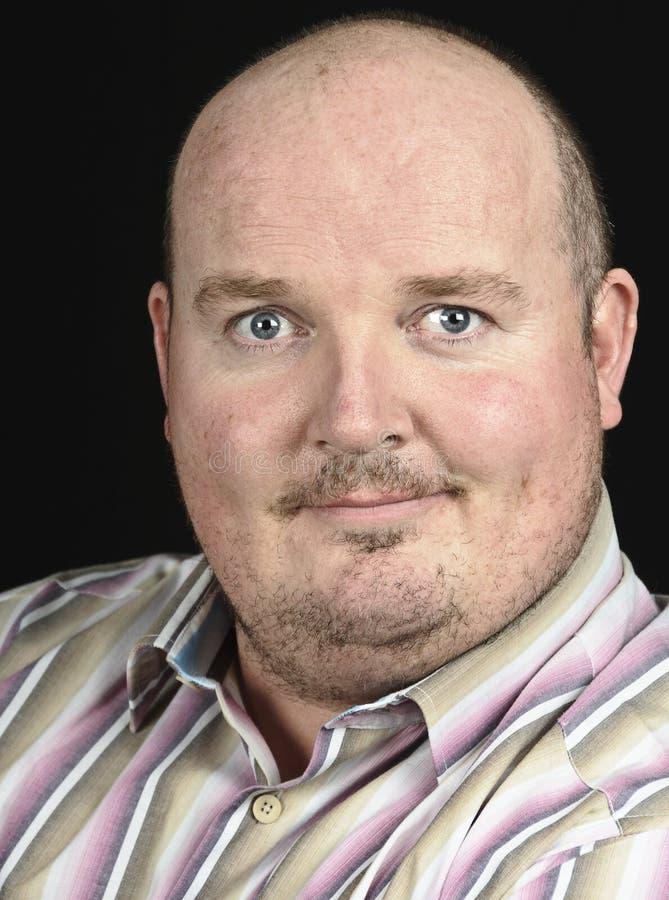 Retrato masculino del hombre que sonríe en negro imagen de archivo