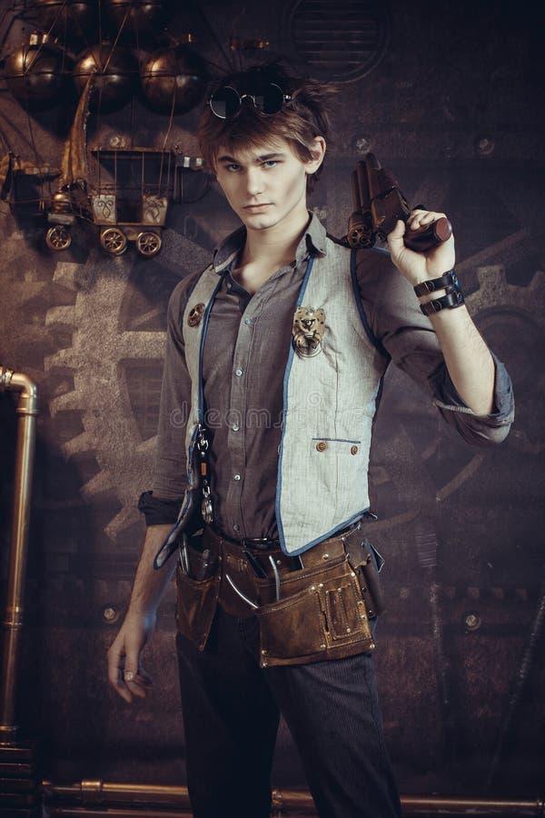 Retrato masculino no estilo do steampunk em um fundo escuro imagens de stock royalty free