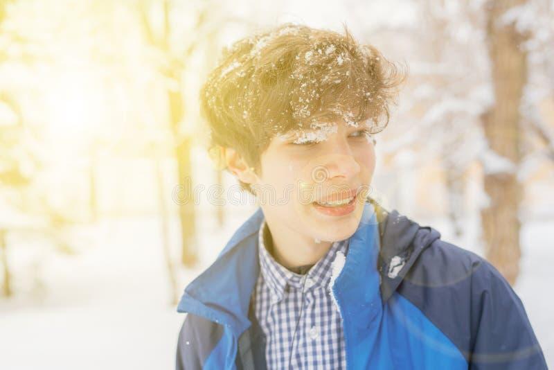Retrato masculino novo do adolescente no Forest Park durante a estação f do inverno imagem de stock royalty free