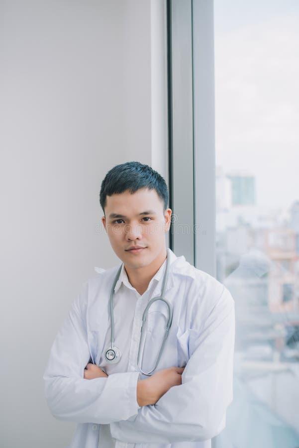 Retrato masculino novo e seguro do doutor Conceito bem sucedido da carreira do doutor fotografia de stock royalty free