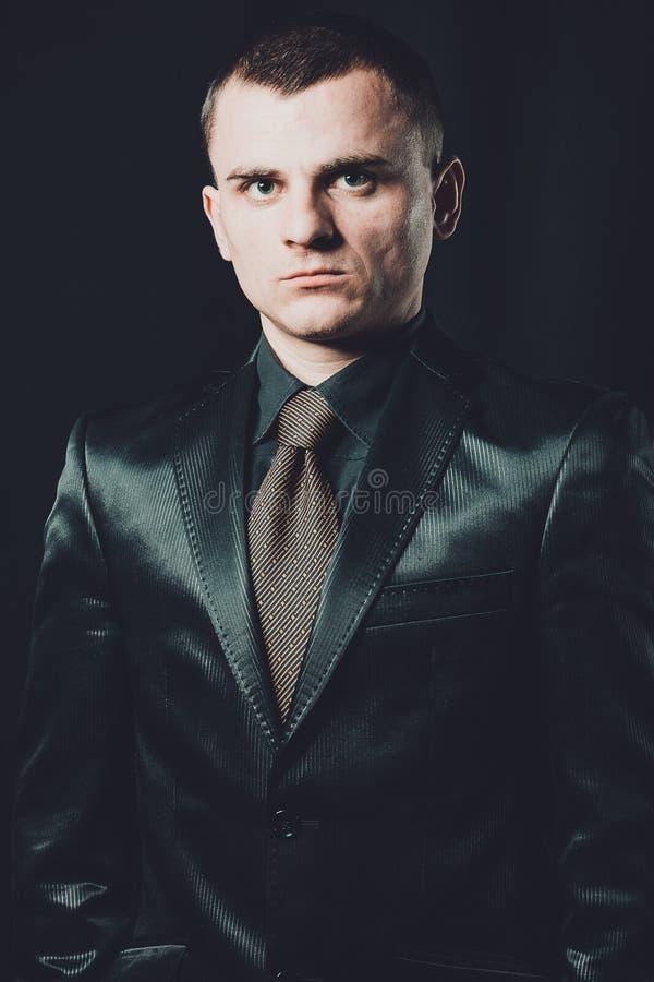 Retrato masculino restrito o indivíduo no terno preto clássico foto de stock royalty free