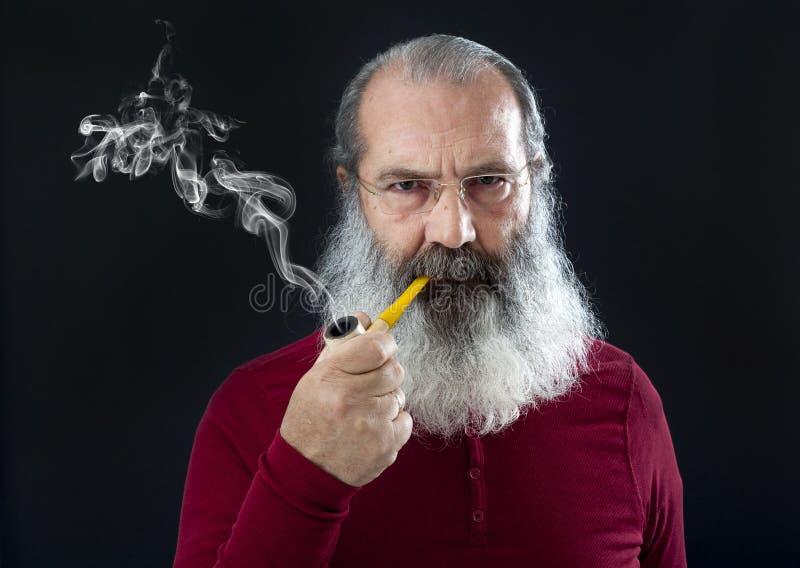 Retrato mayor con la barba blanca y el tubo imagen de archivo