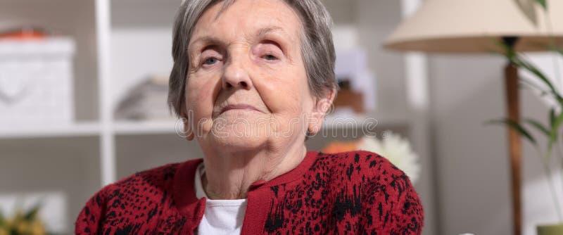 Retrato mayor de la mujer imagenes de archivo