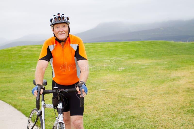 Retrato mayor del bicyclist foto de archivo