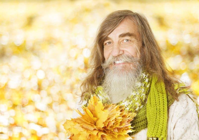 Retrato mayor del viejo hombre, hojas de arce del otoño, citi fotos de archivo