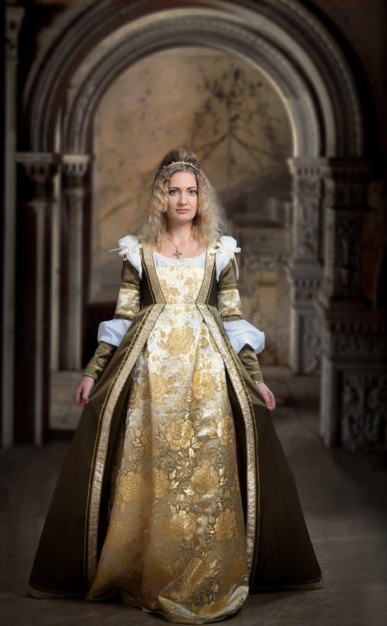 Retrato medieval da fêmea do estilo fotografia de stock