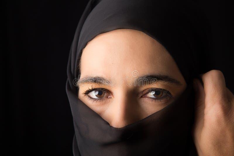 Retrato medio-oriental de la mujer que parece triste con el hijab co artístico fotos de archivo