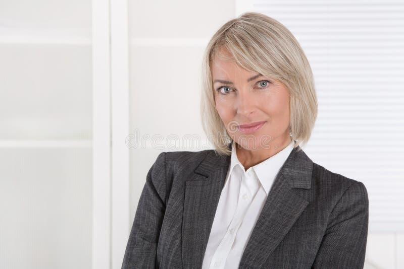 Retrato: Meio bonito mulher de negócios isolada envelhecida imagens de stock royalty free
