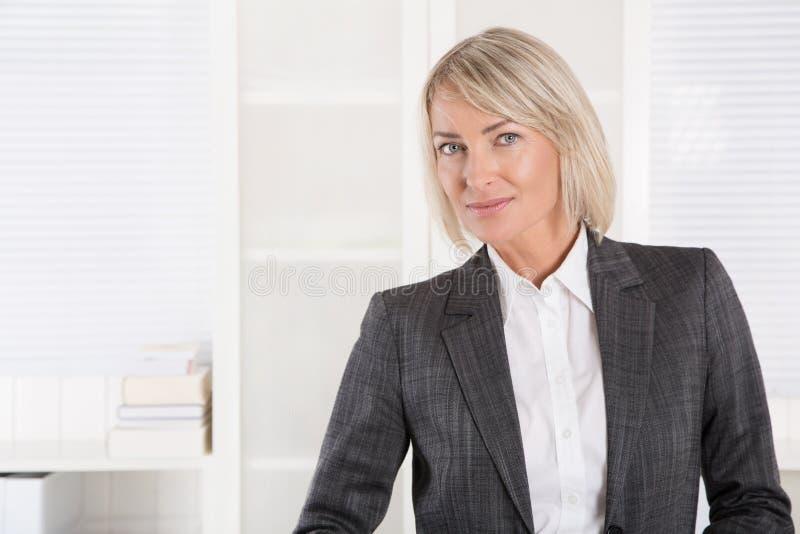 Retrato: Meio bonito mulher de negócios isolada envelhecida imagem de stock