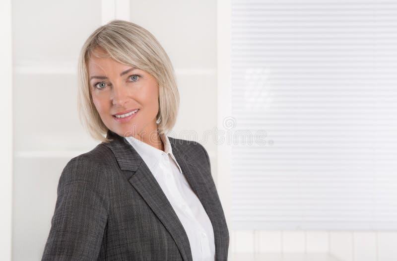 Retrato: Meio bonito mulher de negócios isolada envelhecida fotos de stock royalty free