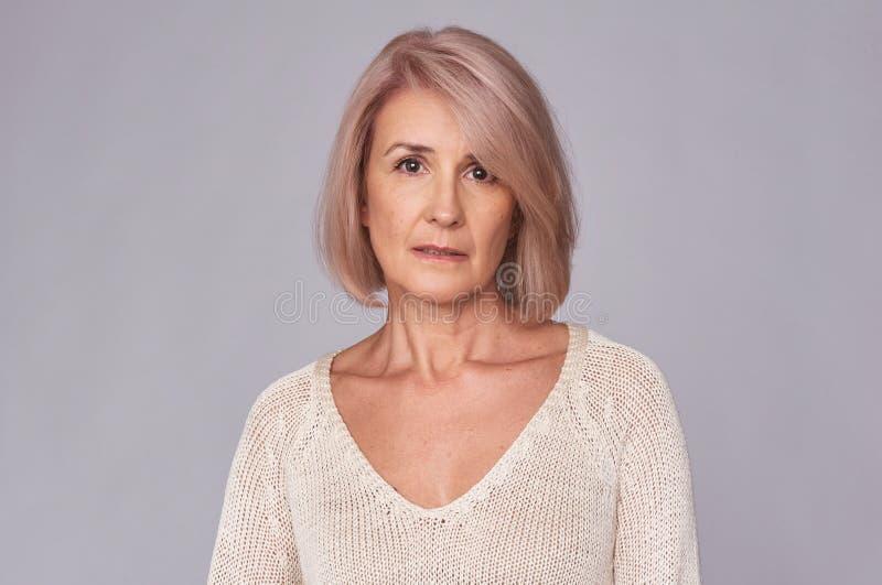 Retrato meio triste da mulher envelhecida imagem de stock