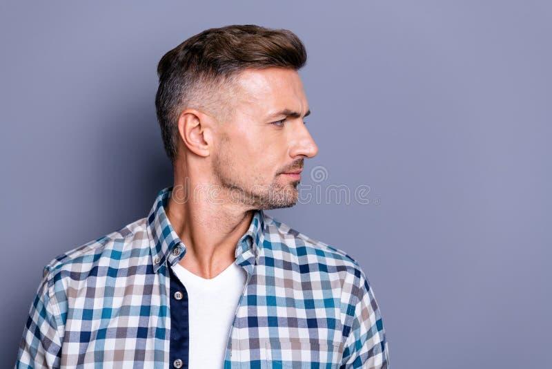 Retrato metade-girado close-up do seu ele indivíduo farpado bem arrumado atrativo agradável que veste a camisa verificada que olh imagens de stock