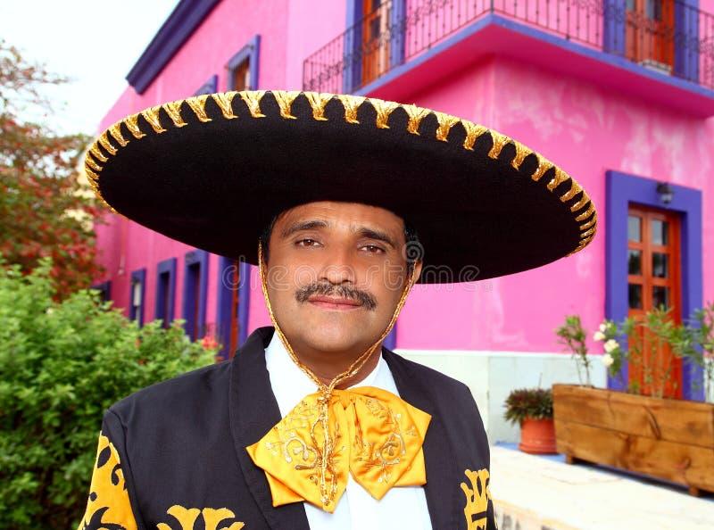 Retrato mexicano do Mariachi de Charro na casa cor-de-rosa fotografia de stock royalty free