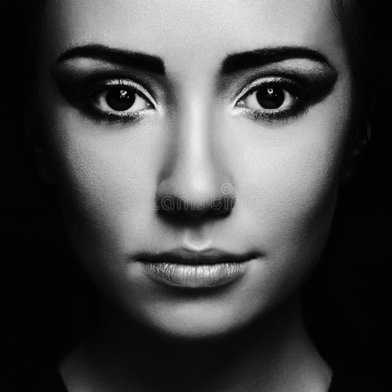 Retrato misterioso de uma jovem mulher bonita foto de stock royalty free
