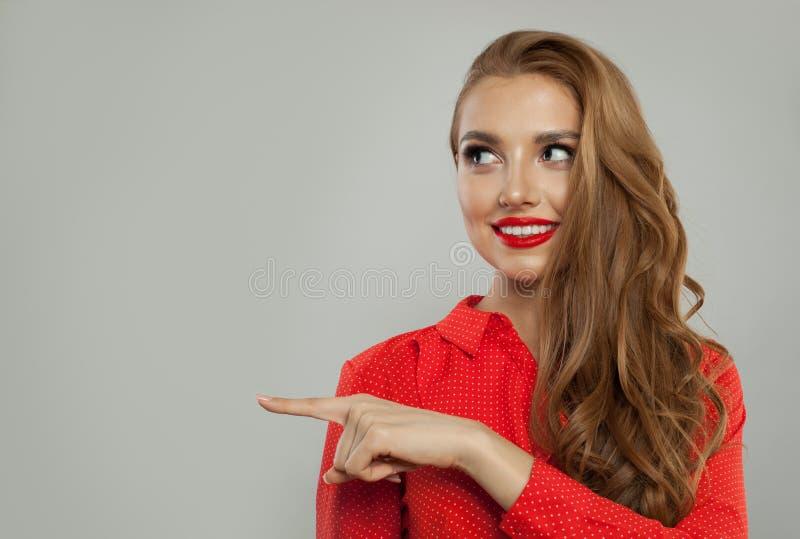 Retrato modelo da mulher alegre Menina bonita que sorri e que aponta no fundo branco foto de stock royalty free