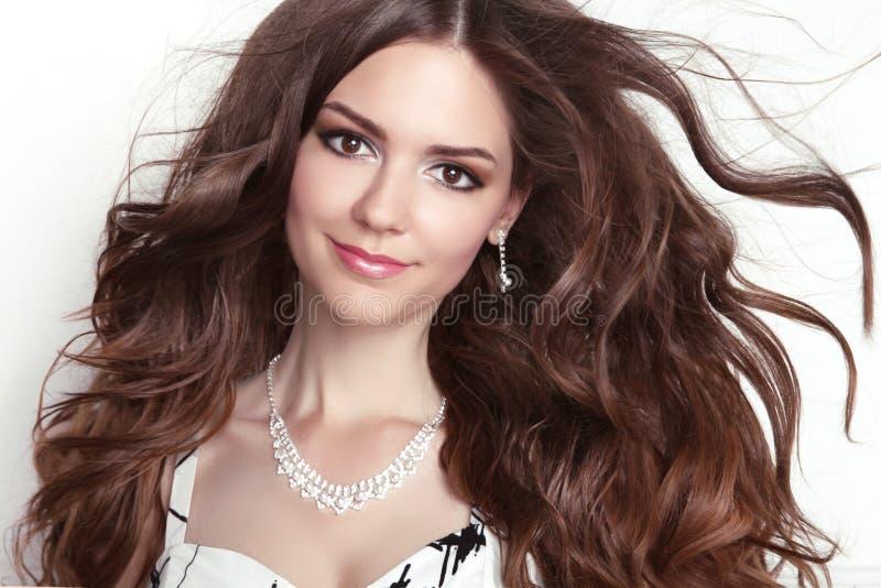 Retrato modelo de sorriso da menina da forma da beleza Ha ondulado saudável longo foto de stock royalty free