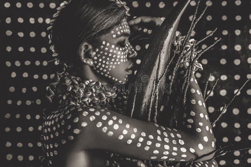 Retrato modelo elegante atrativo novo bonito com o ornamento tradicional na pele e na cara foto de stock royalty free