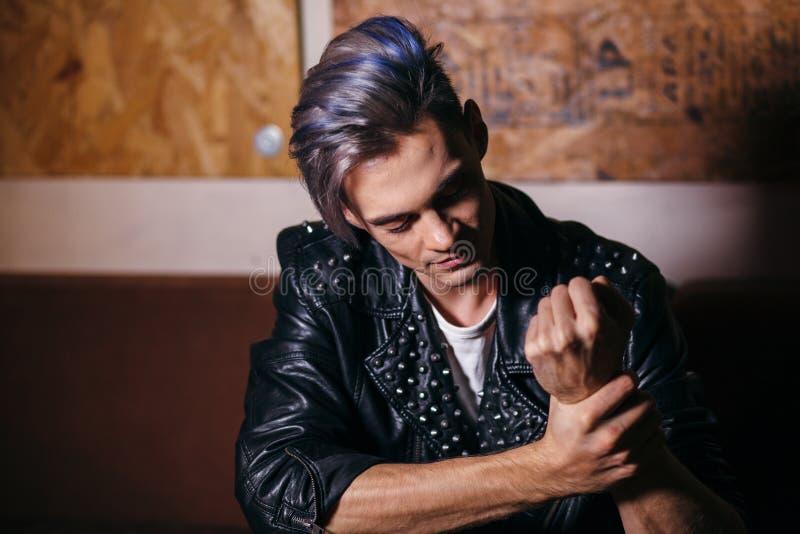 Retrato modelo joven del hombre de la moda Individuo hermoso hairstyle fotos de archivo libres de regalías
