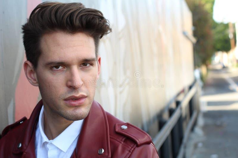 Retrato modelo novo do homem da forma Indivíduo considerável Imagem do estilo de Vogue do homem novo elegante hairstyle Copie o e imagem de stock