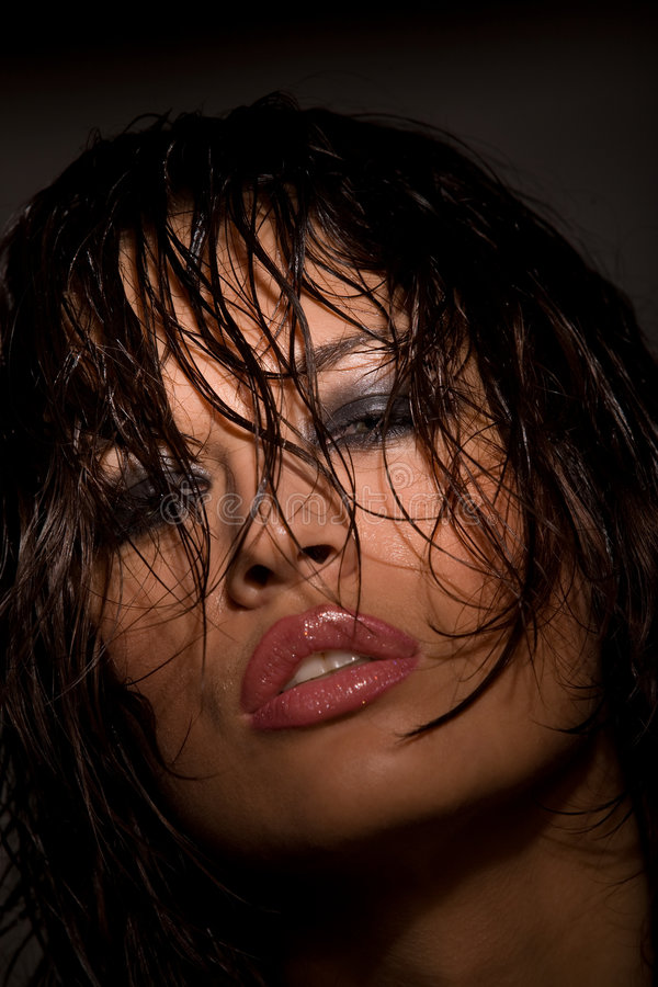 Retrato modelo novo perfeito na escuridão fotografia de stock royalty free