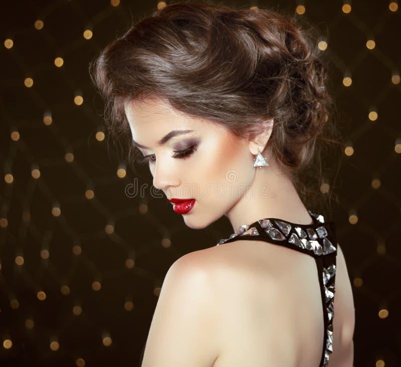 Retrato modelo trigueno de la moda Joyería y peinado Elegante foto de archivo