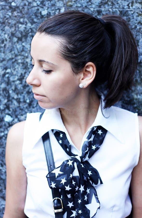Retrato moderno da menina de faculdade foto de stock