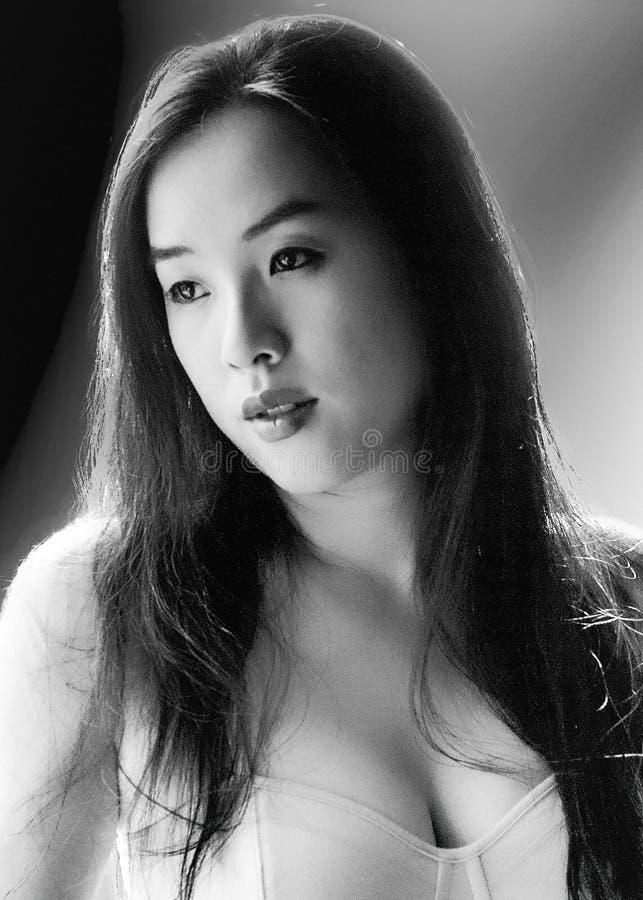 Retrato monocromático da jovem mulher sensual levemente iluminada fotos de stock royalty free