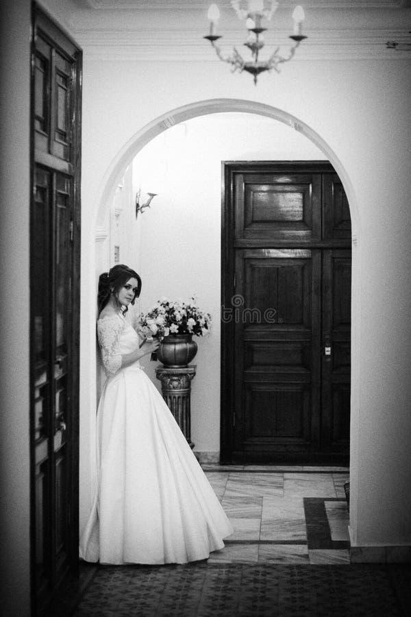 Retrato monocromático da noiva contra a parede foto de stock