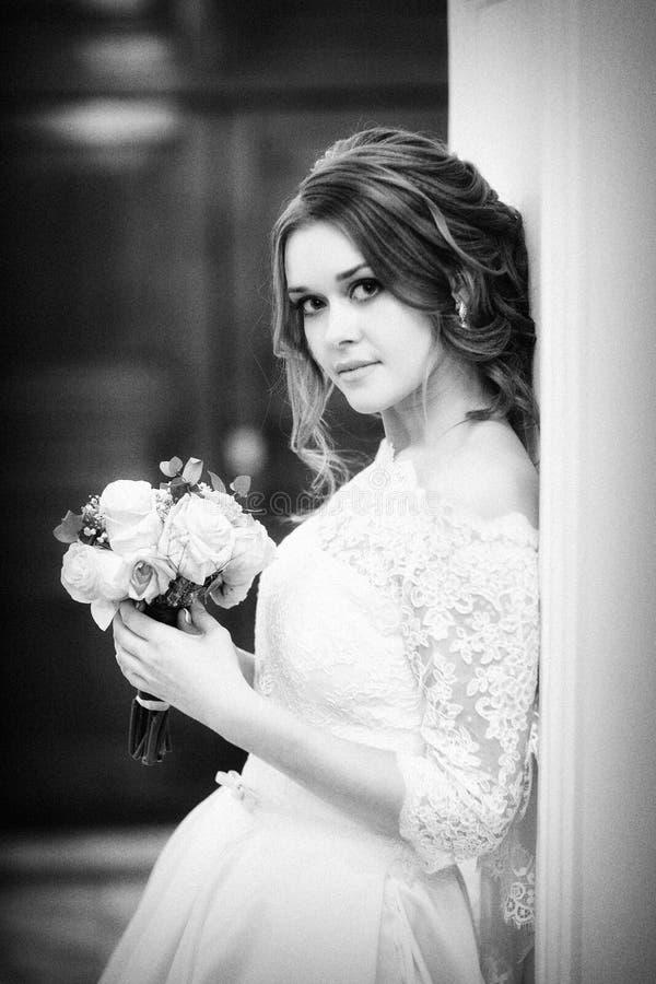 Retrato monocromático da noiva contra a parede foto de stock royalty free