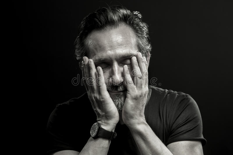 Retrato monocromático del hombre maduro en crisis foto de archivo libre de regalías