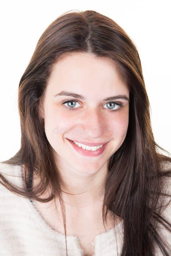Retrato moreno bonito alegre de la muchacha de los ojos azules en sonrisa y belleza feliz fotos de archivo