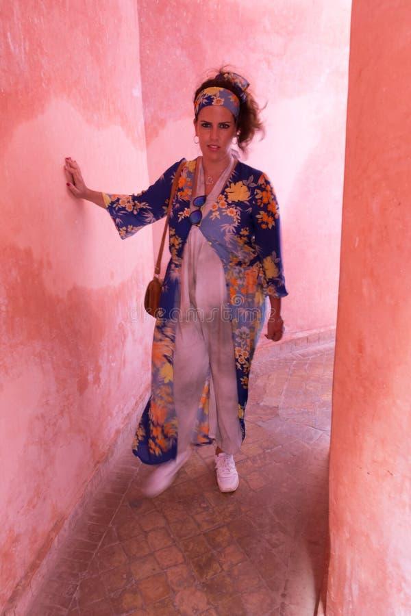 Retrato moreno bonito da mulher com um vestido étnico muito colorido em Marrocos fotografia de stock