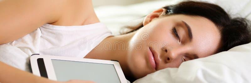 Retrato moreno bonito novo da mulher que encontra-se no sono da cama fotografia de stock