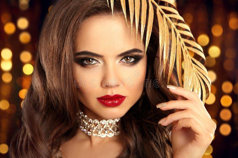 Retrato moreno de la moda de la belleza en oro Ingenio atractivo de la mujer elegante fotos de archivo