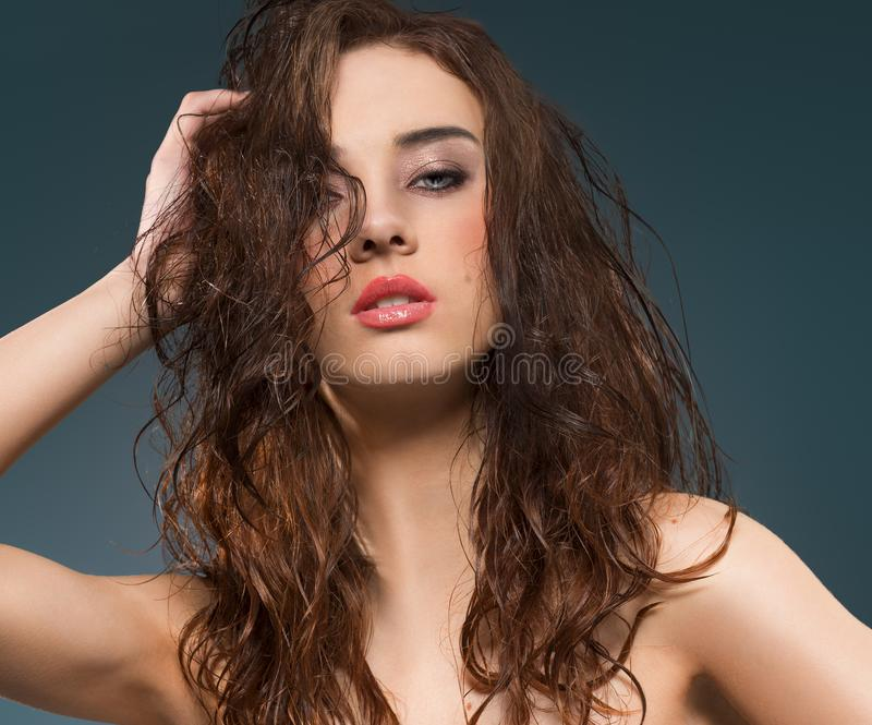 Retrato moreno dos jovens da beleza imagens de stock