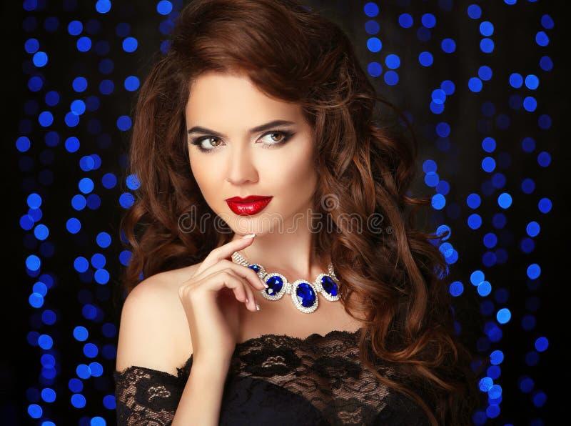 Retrato moreno hermoso joven de la mujer Maquillaje rojo de los labios rizado foto de archivo libre de regalías