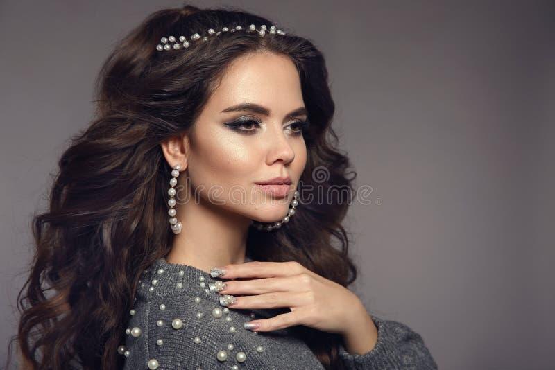 Retrato moreno magnífico Maquillaje de la belleza Sistema de las mujeres de la joyería de las perlas Estilo de pelo largo rizado  imagen de archivo