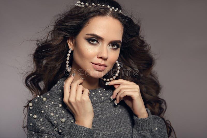 Retrato moreno magnífico Maquillaje de la belleza Sistema de las mujeres de la joyería de las perlas Estilo de pelo largo rizado  imagenes de archivo