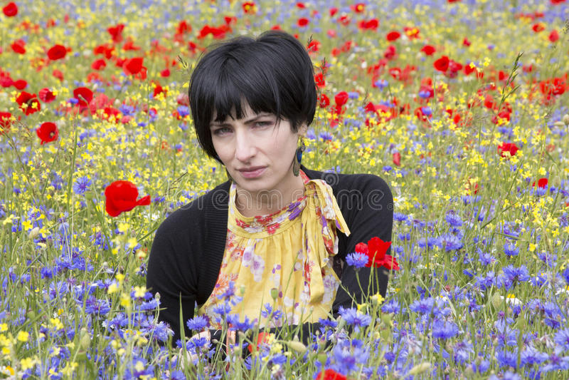 Retrato moreno nas flores fotografia de stock