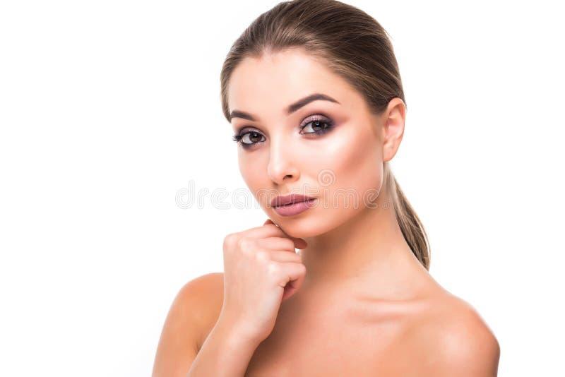 Retrato moreno novo lindo da cara da mulher Beleza Girl modelo com sobrancelhas brilhantes, composição perfeita, bordos vermelhos foto de stock