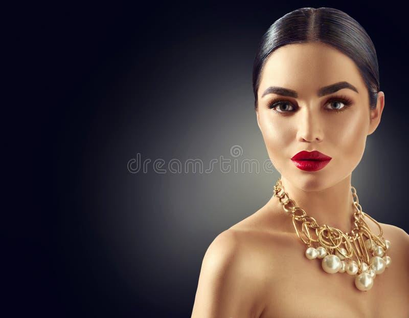 Retrato moreno novo lindo da mulher imagens de stock