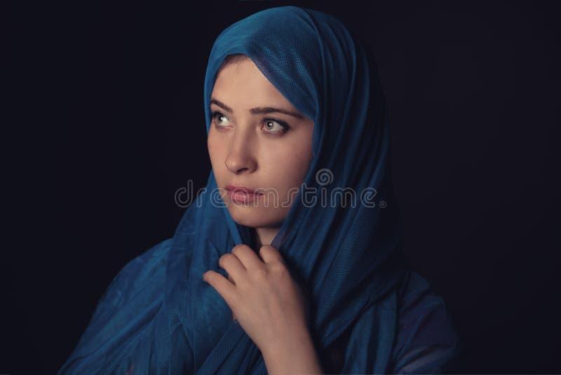 Retrato muçulmano bonito da jovem mulher na escuridão fotos de stock