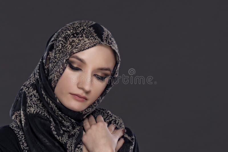 Retrato muçulmano bonito da menina isolado no fundo escuro imagens de stock