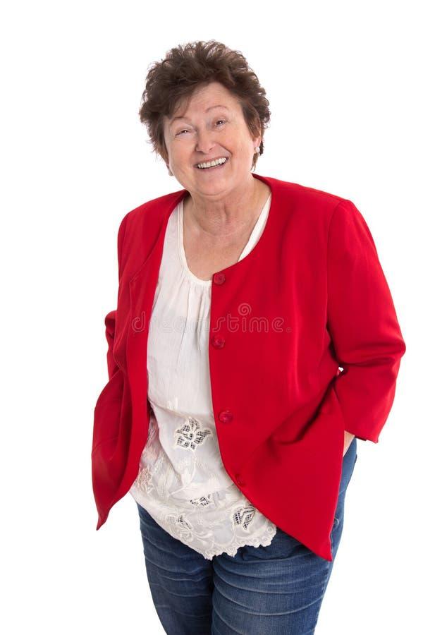 Retrato: Mulher mais idosa feliz aposentada isolada no branco que veste a imagem de stock royalty free
