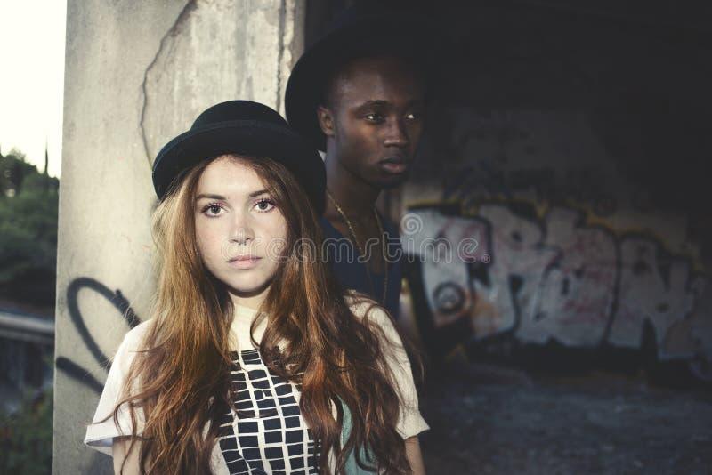 Retrato multicultural dos pares em um lugar urbano foto de stock