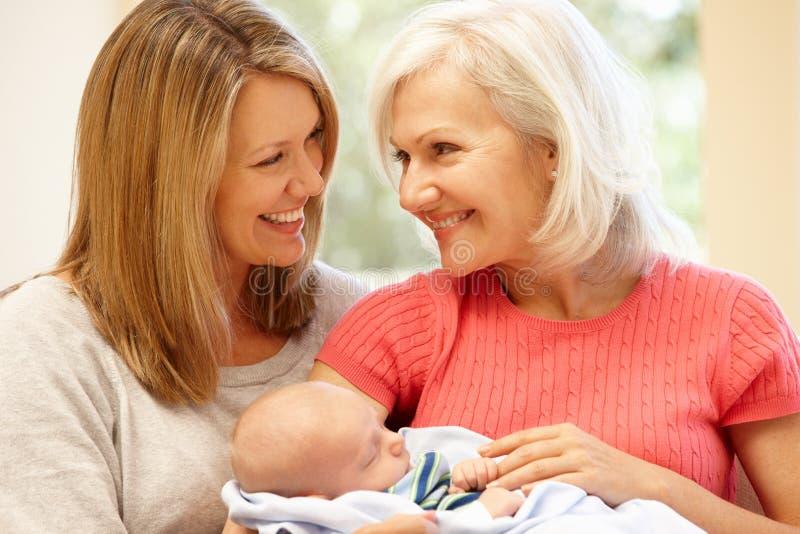 Retrato multigeneración de la familia foto de archivo libre de regalías