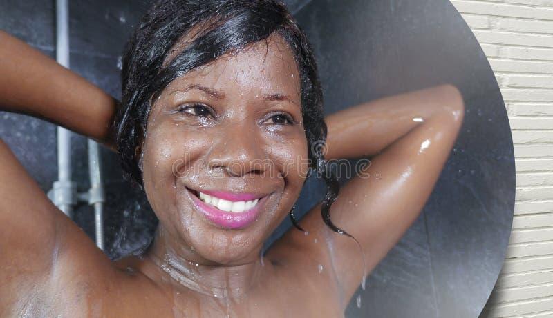 Retrato nacional de la reflexión de espejo de la forma de vida de la mujer afroamericana negra feliz y hermosa joven a que toma a foto de archivo libre de regalías